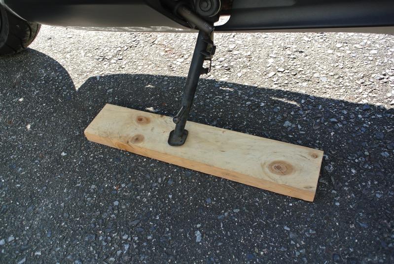 サイドスタンドの下に木片をセット