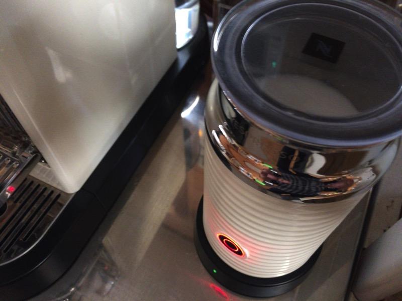 エアロチーノ3でミルクを泡立てて温めます。