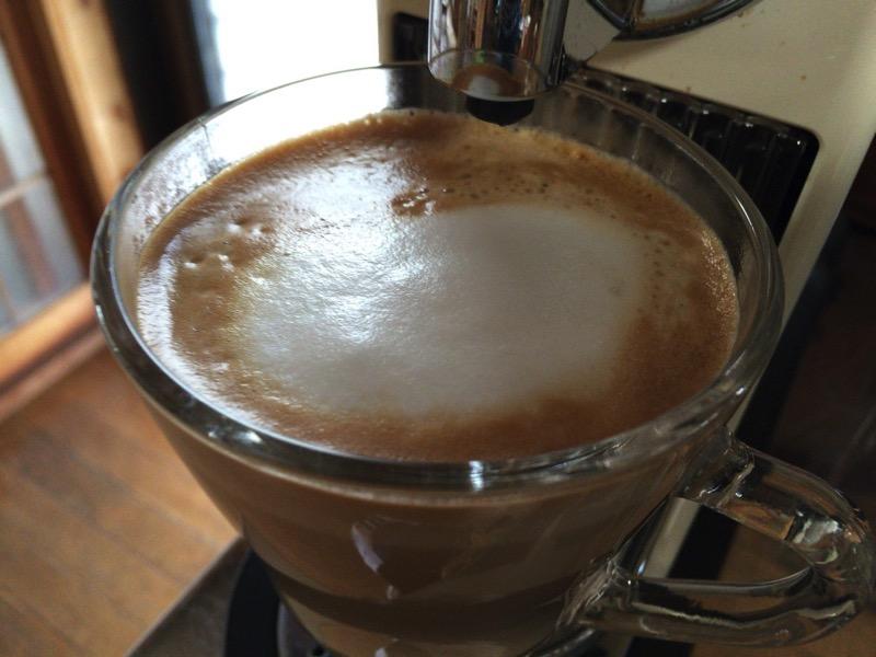 ミルクをエスプレッソコーヒーの注ぎます。
